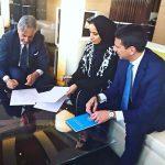con HH Shaikka Noora Bin Khalifa al Khalifa durante la firma di un accordo