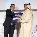Consegnando il premio allo Sceicco Awad Mohammad Bin Mejren